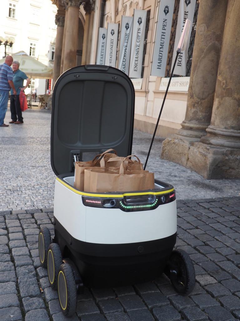 Robot Starship s nákupem z Rohlíku