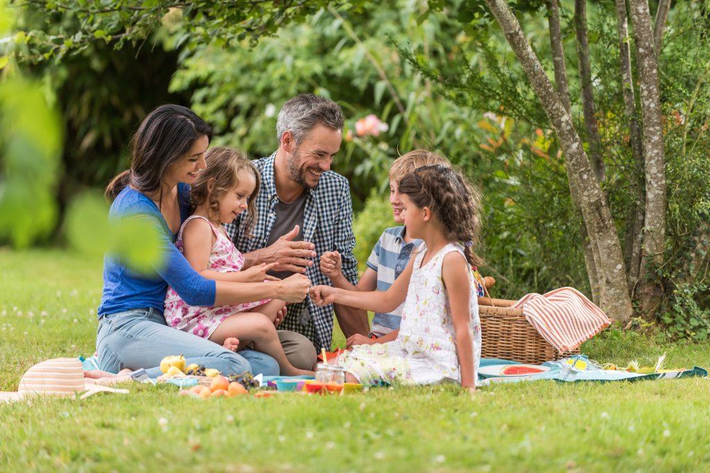 rodina na dece piknik jídlo v parku